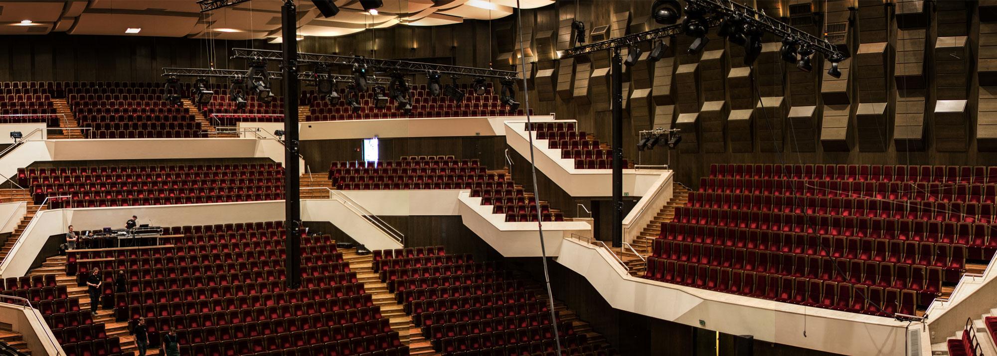 75a Büro für Gestaltung begleitet den Aufbau für's Bobby McFerrin-Konzert im Gewandhaus Leipzig mit der Videokamera